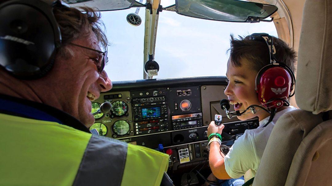 Ernstig zieke kinderen voor één dag piloot op Vliegveld Drachten