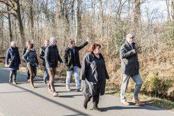 Het college van Achtkarspelen maakt een wandeling door Augustinusga