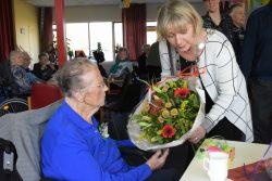 Mevrouw v/d Kooi ontvangt de felitaties van burgemeester Mevr. Waanders
