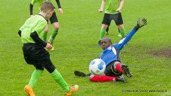 Fanatieke voetballers tijdens schoolvoetbaltoernooi Dantumadiel