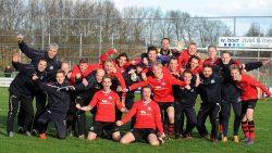 De selectie van VV Buitenpost viert feest na de strafschoppenserie