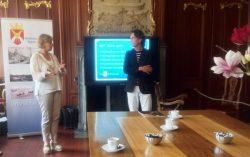 Frank van Dijk dankt burgemeester Waanders voor haar komst