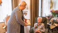 Wethouder Pytsje de Graaf feliciteert mevrouw Hansma-Klaarbergen