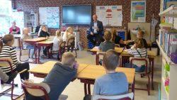 Wethouder Roelof Bos leest voor op basischool de Wynroas