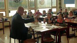 Wethouder Emke Peterson leest voor op basisschool de Bron