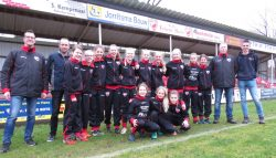 Plaatselijke sponsoren steken Friese Boys meiden in nieuwe trainingspakken