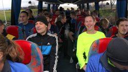 Deelnemers van de hardloopwedstrijd per bus naar startlocatie
