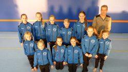 De talentjes van Turn- en Gymsport Dokkum met hun sponsor de heer Veenstra