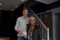 RTV NOF-er Heinze Hiemstra met de winnaar van onze prijsvraag-rubriek