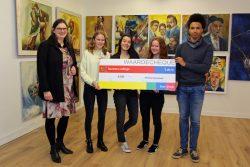 Cheque Lauwers College voor Amnesty International