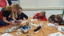 Meiden Prins Bernhardschool maken kennis met techniek bij Philips en BD