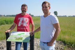 Boeren onthullen informatiebord over plas-dras