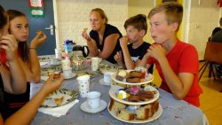Lekker smullen van de high tea ( meer foto's op www.rtvnof.nl)