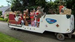 Versierde 'muzikale' wagens in Holwerd