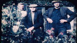 Kollum, smid Sake Beerstra met twee van zijn zoons links Hielke en Rechts Libbe