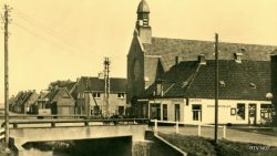 Rinsumageest woning en winkel van Jentje en Rinsche Kooistra en Gereformeerde kerk