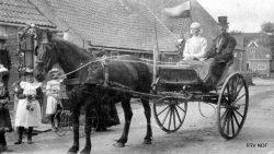 Lioessens, Eelke Sijtsma en Anna Dijkstra op sjees, boerderij erachter verwoest door brand 1927
