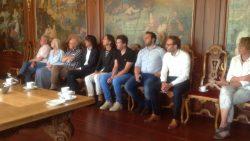 Remco en Frank van Dijk en Berend Wouda luisteren naar Piet de Haan
