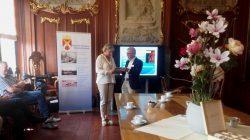 Burgemeester Waanders neemt de eerste editie in ontvangst