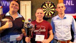 Jitse van der Wal (l) en winnaar Michael Plooy (midden) en de caller (r)