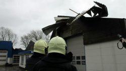 Nieuwjaarsstorm blaast dak van bedrijfspand in Engwierum