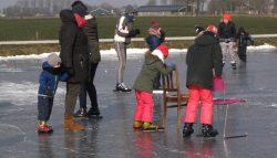 De jeugd genoot vol op van schaatsen