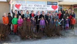 Stakende leerkrachten verrast met een roos