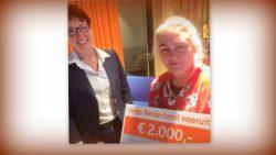 Cheque uitgereikt aan Antje de Jong, bestuurslid St. Vrienden Zorgboerderij de Witrik