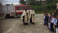 In zegening brandweerauto door Priesters