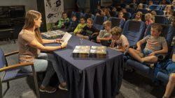 Kinderen luisteren ademloos naar Naomi Tieman