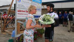 Jan Fennema gaf het startsein Lauwersland Fietsvierdaagse te Burum