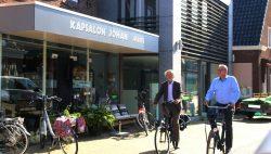 College Kollumerland op bezoek bij kapper Johan in Kollum