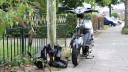 Scooterrijdster botst op geparkeerde auto in Damwald