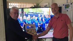 Wethouder Braaksma overhandigt de oranjekoek aan Wiebe Koudenburg