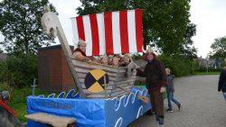 Optocht met versierde wagens feestweek Damwâld