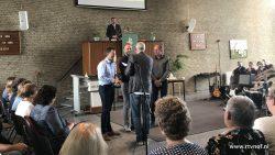 Overhandiging sleutel kerkgebouw Westereen aan nieuwe eigenaren