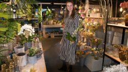 ByMar model poseert in de bloemen winkel