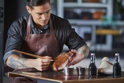 Schoenmakers live aan de leest bij Van der Gang