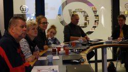 Deelnemers luisteren aandachtig naar het Frysk Diktee