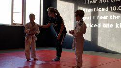 Minke de Ruiter als begeleidster bij de beginnende judoka's
