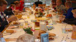 Kinderen ontbijten met burgemeester in gemeentehuis Damwâld