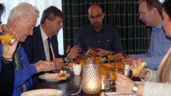 Burgemeester en wethouders Dantumadiel eten in Broeksterwâld