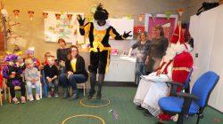 Zwarte Piet bezig zijn Pietendiploma te behalen