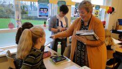 Holwerdse schoolkinderen krijgen boek