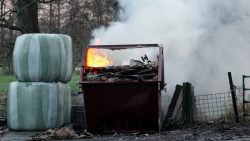 Container met grof vuil in brand