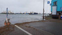 Hoog water in de haven van Lauwersoog