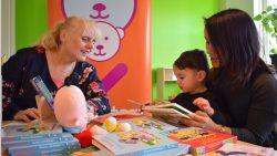 BoekStartcoach Tjitske van der Velde in gesprek met ouder en kinderen