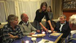 Jong kookt voor oud in Kollumerpomp