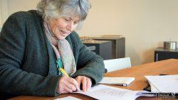 Secretaris Lieke Zuidema tekent het contract