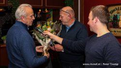 Albert de Vries (l) bedankt Karel Numan (m), Marco Keizer (r).